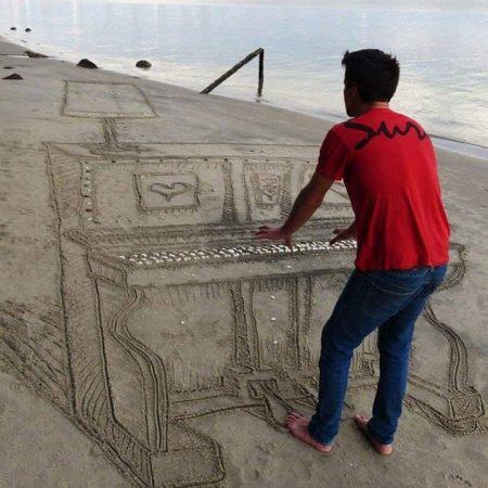 piano dans le sable